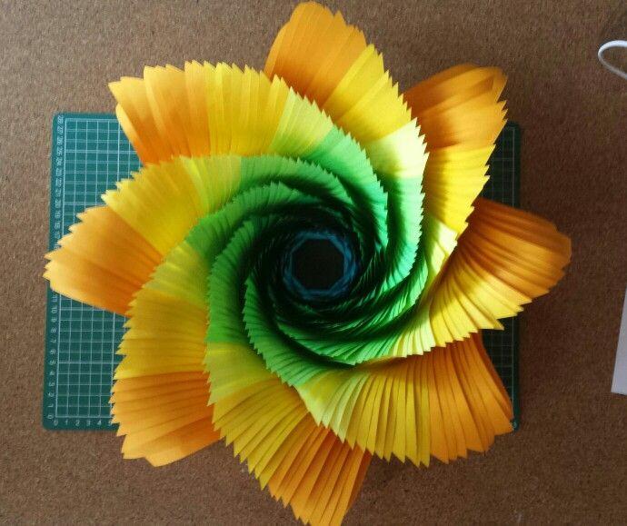 Flor De Cartulina Iris En Estructura Hexagonal Con Gradacion De