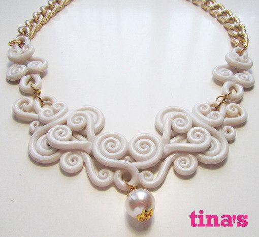 Collana ghirigori in fimo bianco perlato con catena dorata diamantata e perla centrale, by Tina's - HandMade Fimo & Cernit Jewels, 20,00 € su misshobby.com