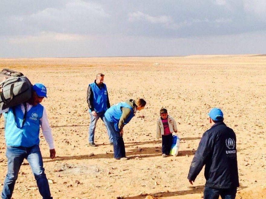 La foto è di quelle che provocano una stretta al cuore. I volontari dell'Alto Commissariato delle Nazioni Unite per i Rifugiati, presenti al confine tra Siria e Giordania, si prendono cura di un bambino siriano che sembra aver attraversato da solo il deserto, trasportando una grande busta di