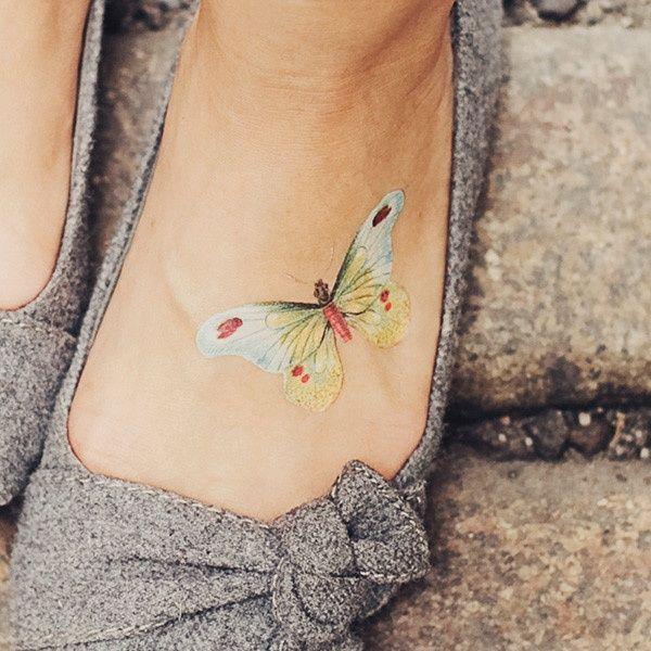 Jasny motyl tatuaż na stopie | Cute tattoos, Beautiful