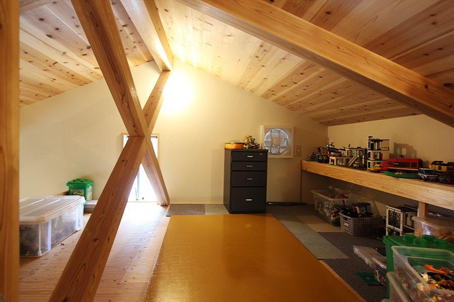 屋根裏部屋は レゴ部屋 に 子供達の秘密基地です 家 屋根裏