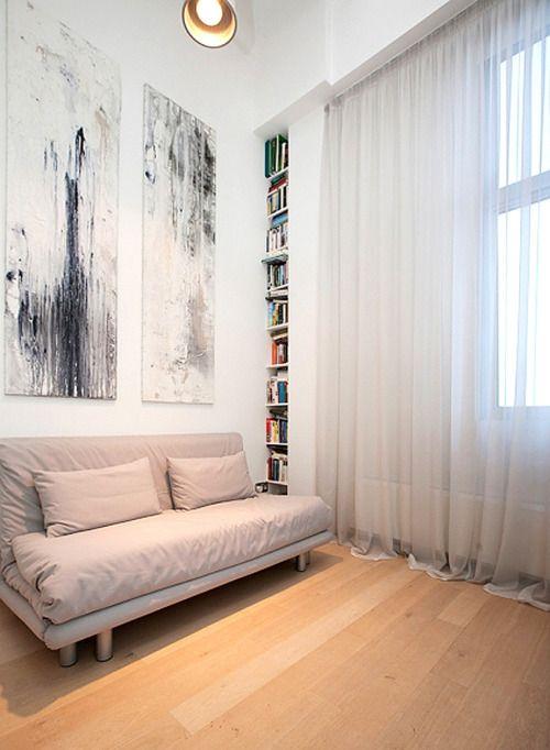 Varias cosas padres: La cortina, el sofá (aunque no soy fan del color), y los cuadros en la pared de atrás: Designed for Life.