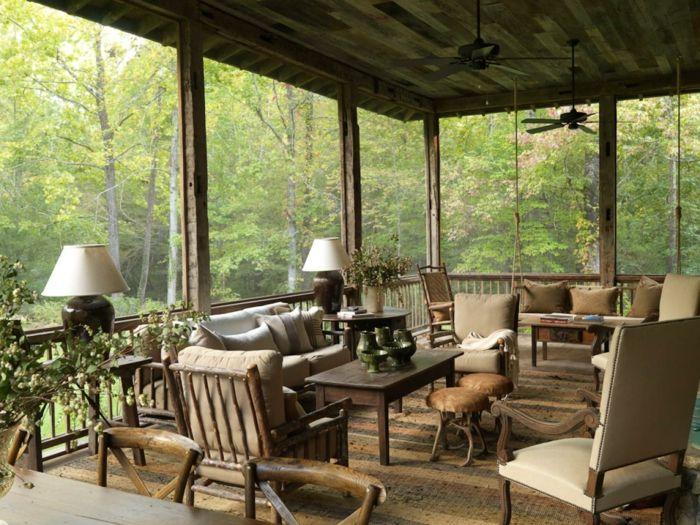 Terrassengestaltung Geschlossene Terrasse Tisch Lampen Hocker Grüne  Pflanzen Ideen Deko