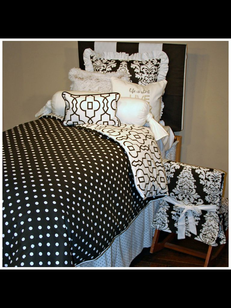 Classic buw for this sophisticated dorm room absolutely adorable