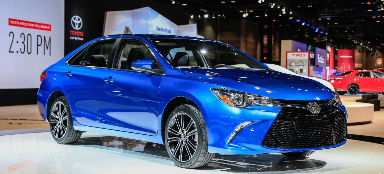 2019 toyota camry hybrid se review