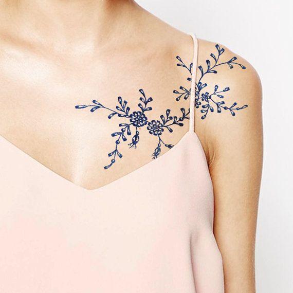 grand tatouage temporaire floral bleu poignet par arrowtattoo