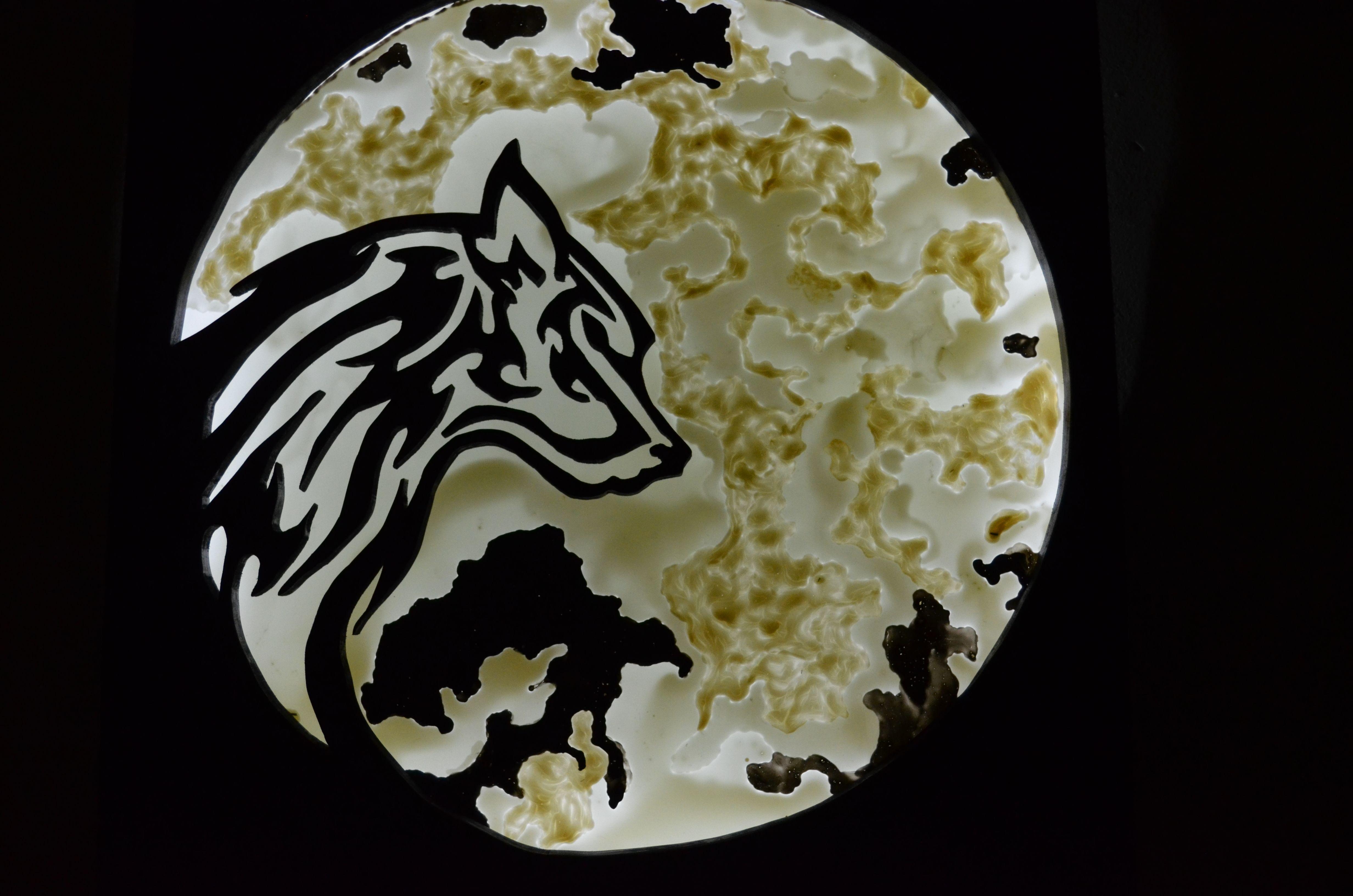 b9073f129430 Ξύλινο φωτιστικό τοίχου (λύκος   πλαίσιο) Ζωγραφική σε τζάμι (φωτιζόμενο  φεγγάρι). Wall light fixture made of wood(wolf)  painted glass(moon)