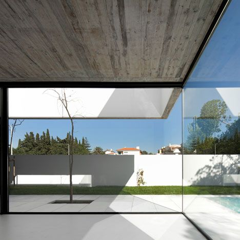 House in Juso by ARX Portugal and Stefano Riva - dalle beton interieur maison