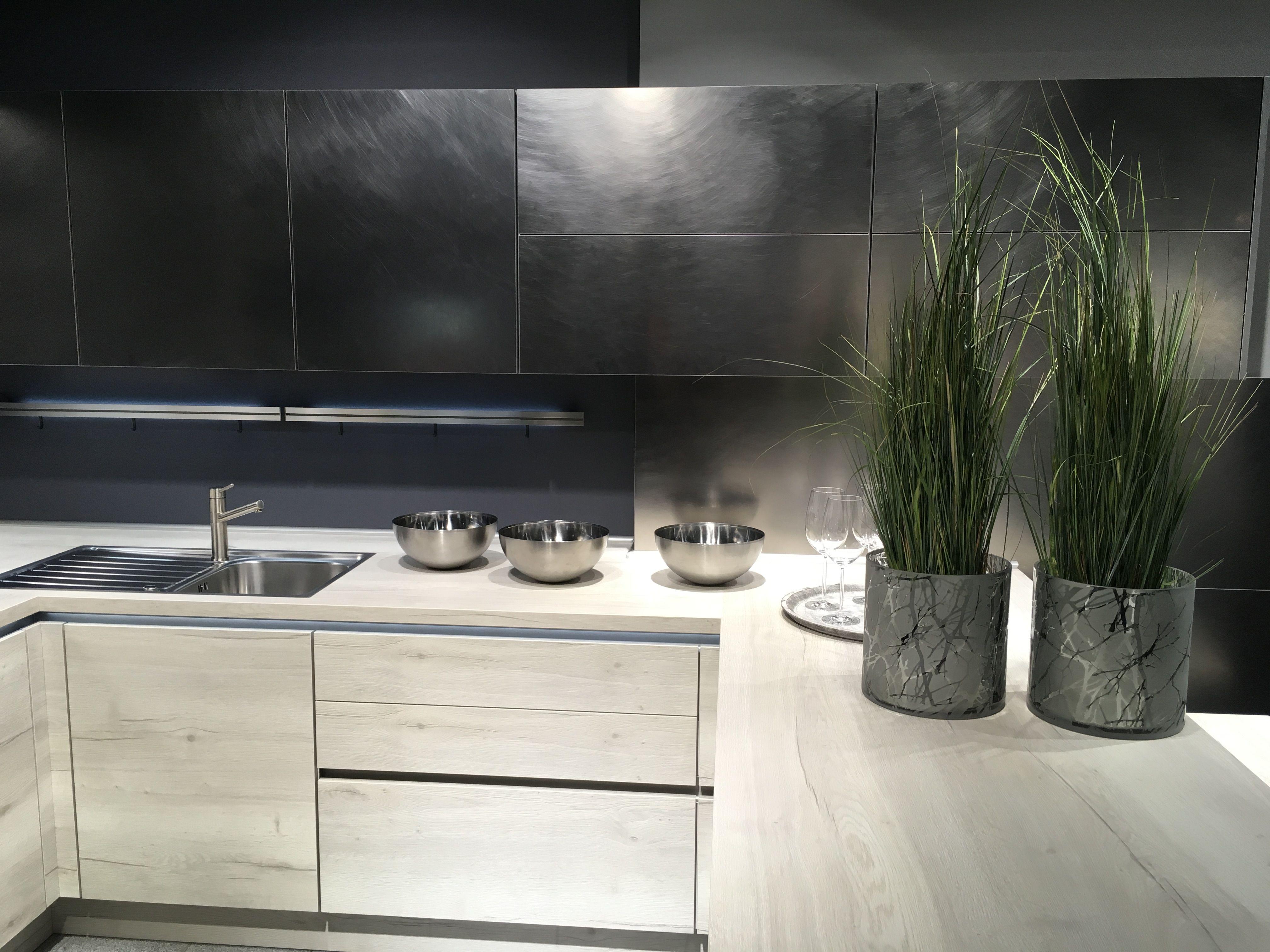 Sieht aus wie Edelstahl, ist es aber nicht: Diese Küchenfronten sind ...