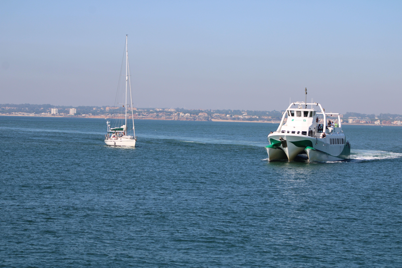 entrada en el puerto de Cádiz del catamarán procedente de Rota