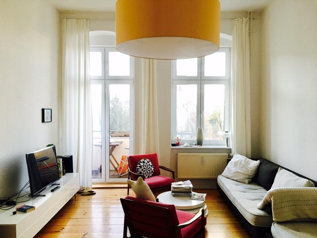 retro meets altbau gem tliches wohnzimmer in berliner altbauwohnung eingerichtet im retrostil. Black Bedroom Furniture Sets. Home Design Ideas