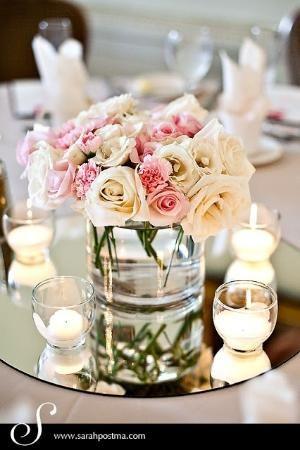 centro de mesa con base de espejo, jarrón cuadrado, rosas y velas