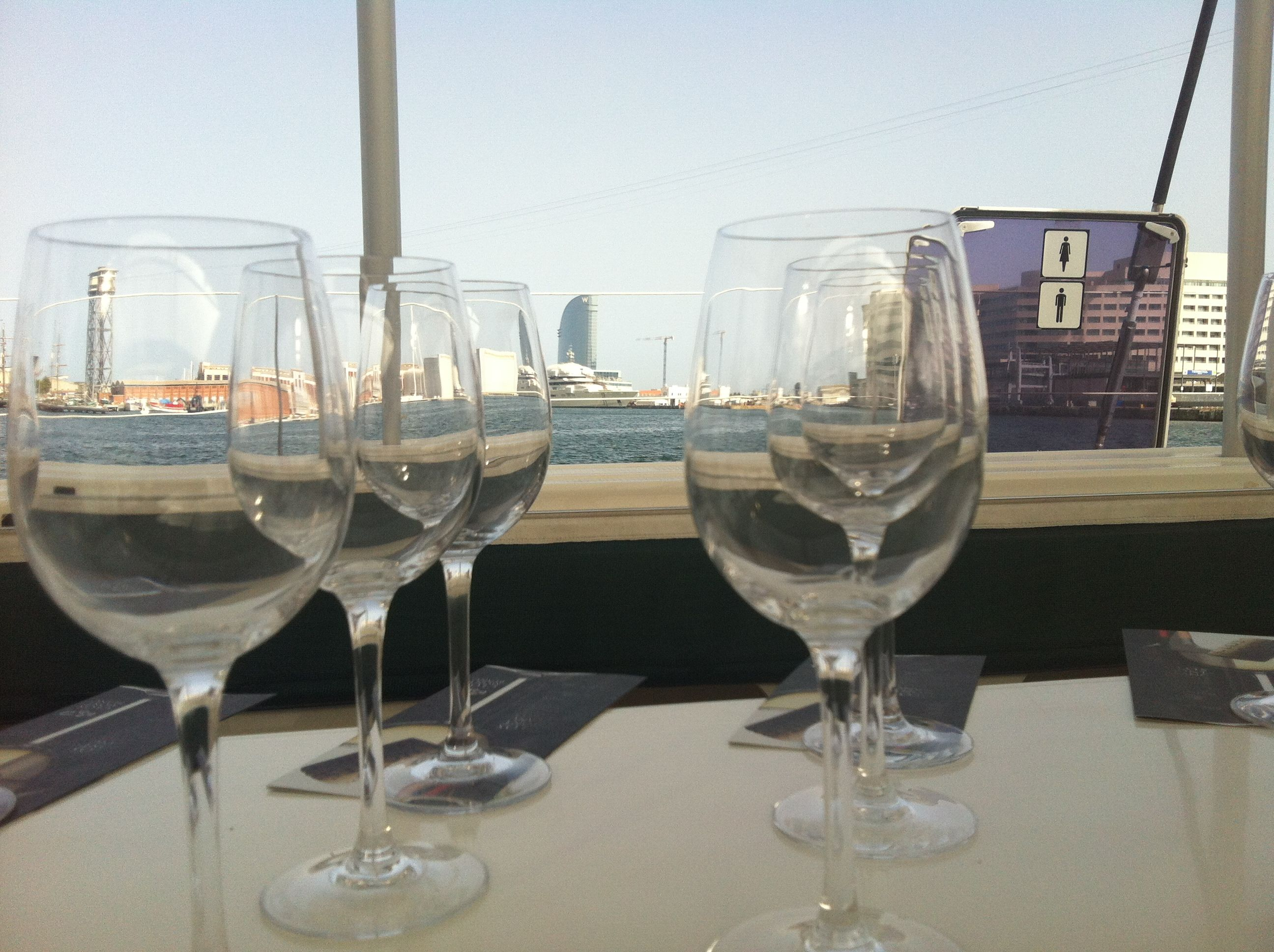 Cata de vino en catamaran.