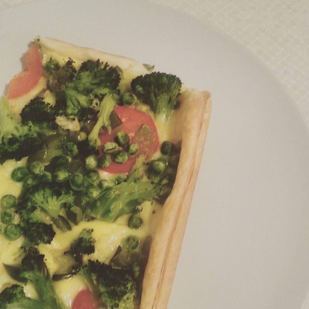 """#vegan #pizza #cake #brocoli #greens #vegancheese #vegavita #yummy #carbingup #eatasmuchasyouwant #eatyourveggies ♡"""