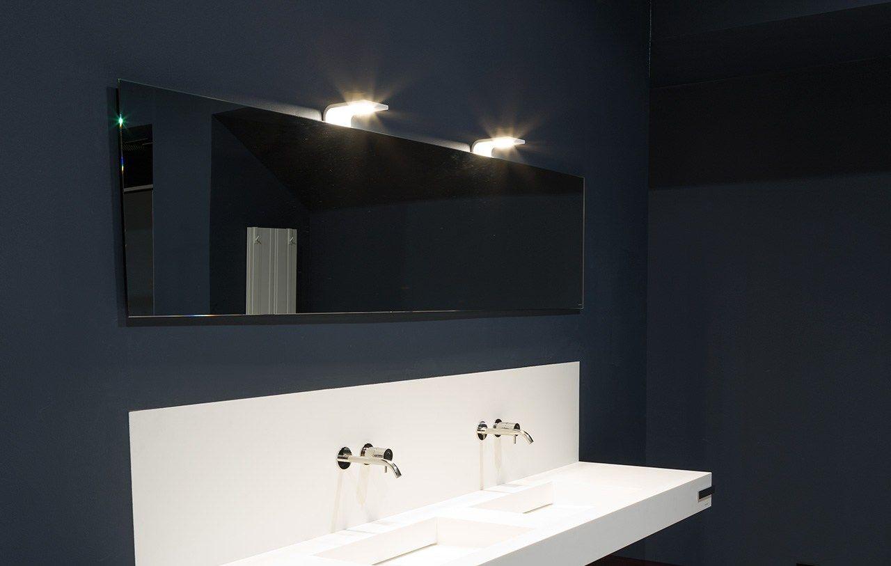 Specchio in stile moderno a parete con illuminazione integrata per bagno neutro by antonio lupi - Illuminazione bagno moderno ...