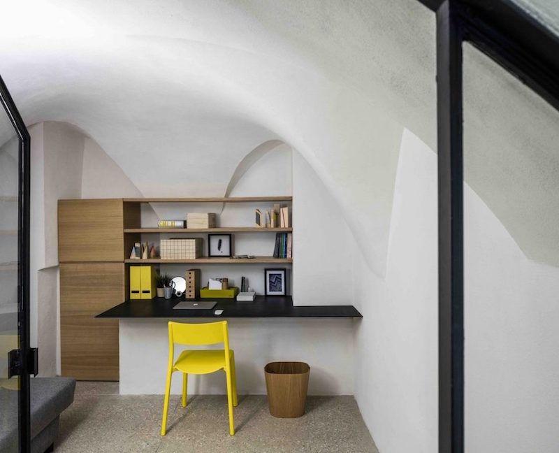 Meubles et éclairage design dans une maison caverne moderne à tel