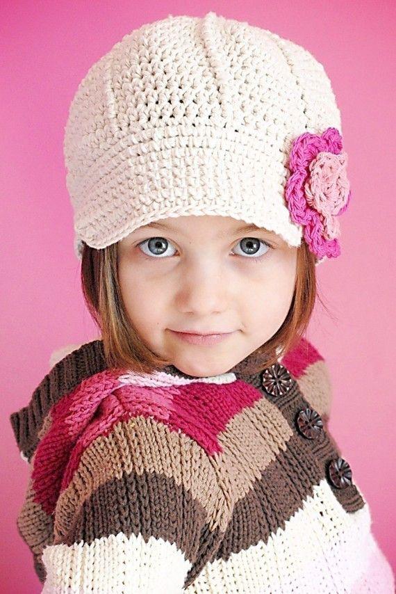 Ela ficou lindo com esse boné com detalhe de flor!  crochê  modainfantil   CoatsCorrente 0f222952dc8
