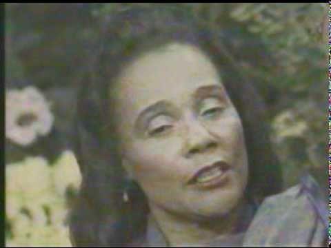 Coretta Scott King receives Award 01/1989