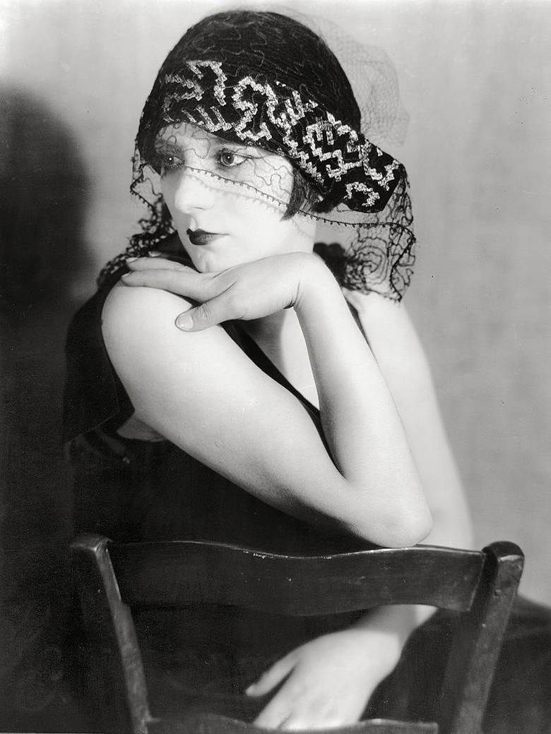 Kiki (1922) photo Man Ray Alice Prin, dite Kiki de Montparnasse (muse et modèle des artistes de l'avant-garde parisie… | Man ray, Portrait, Kiki de montparnasse