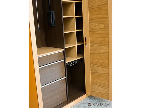 Interior de armario con perchero abatible cajonera pantalonero baldas a medida - Cajonera interior armario ...
