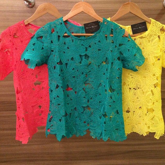 Instagram media by lojapatriciarodrigues - Cores para o nosso domingo ❤️ Blusas em renda Guipir disponível em varias cores, Branca, Pink, Verde e Amarela! Todas em nosso site