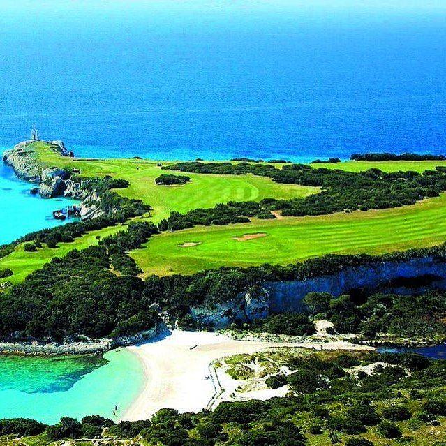 Un golf avec une jolie sur la mer Méditerranée ! #Corse #PortoVecchio