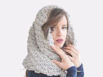 Kapuzenschal aus Wolle / Handgestrickte