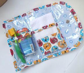 Necessaire ideal para crianças e adultos que precisam ter sempre dentro da bolsa/mochila seu kit de higiene. <br> <br>Confeccionado em tecido 100% algodão, manta acrílica, e por dentro todo plastificado para facilitar a limpeza. <br>Possui divisórias para creme dental e escova, e para a toalha com barrado coordenado que acompanha o kit. <br>Fechamento pode variar, com botões de pressão, ou imantado! <br>Medidas da necessaire (fechada): 21x11 <br> <br>Para outras estampas consulte o nosso…