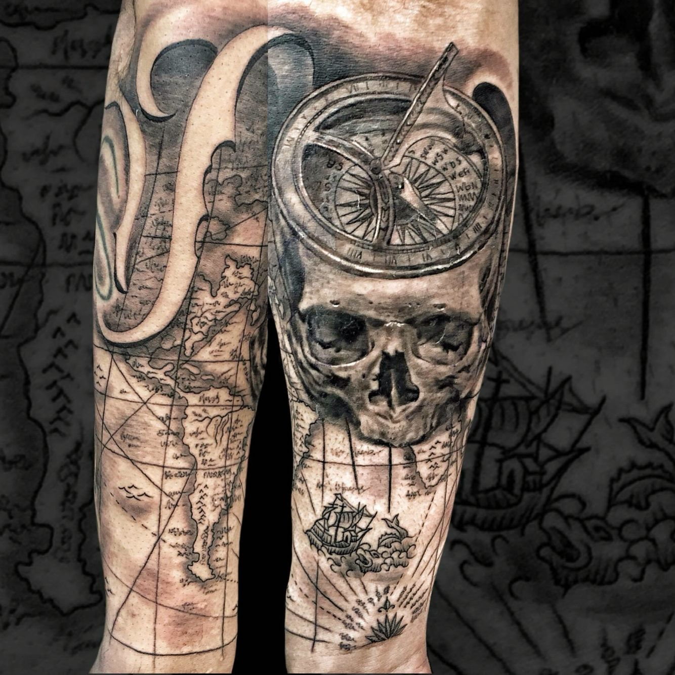 Skull compass b ssola map tattoo realism black and grey for Tattoo bussola significato