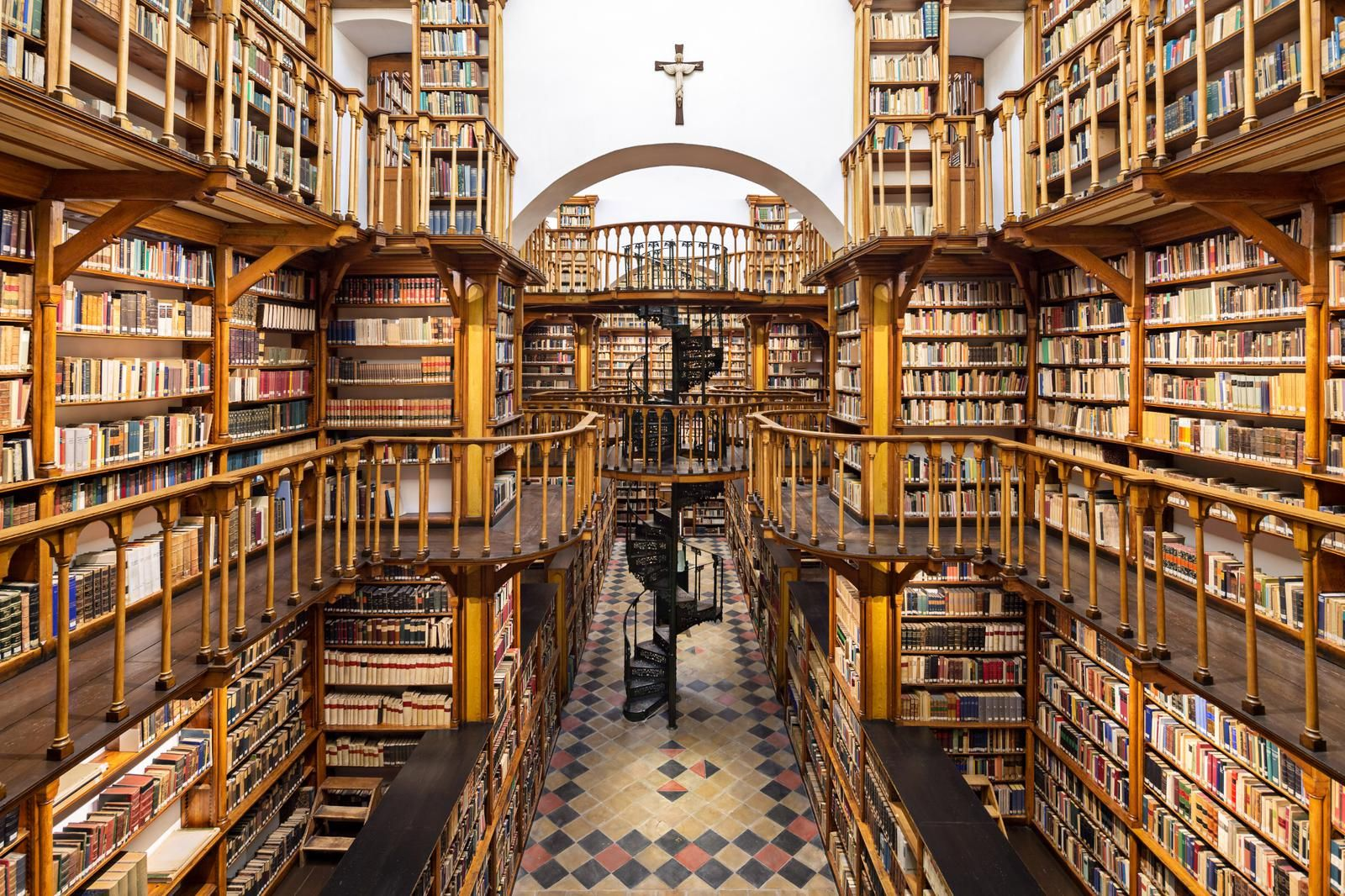 Die Klosterbibliothek gehört zu den besterhaltenen und schönsten Bibliotheken aus dem 19. Jahrhundert und besitzt mit dem neuen Bibliotheksmagazin 260.000 Bände. #photolibrary