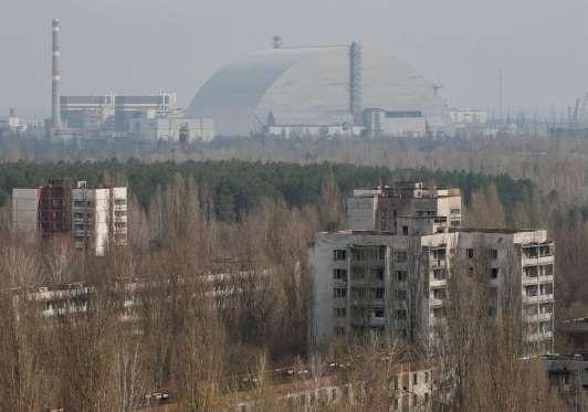 Una nueva estructura de contención reposa sobre el cuarto reactor de Chernóbil en Pripyat, el 5 de a... - Reuters