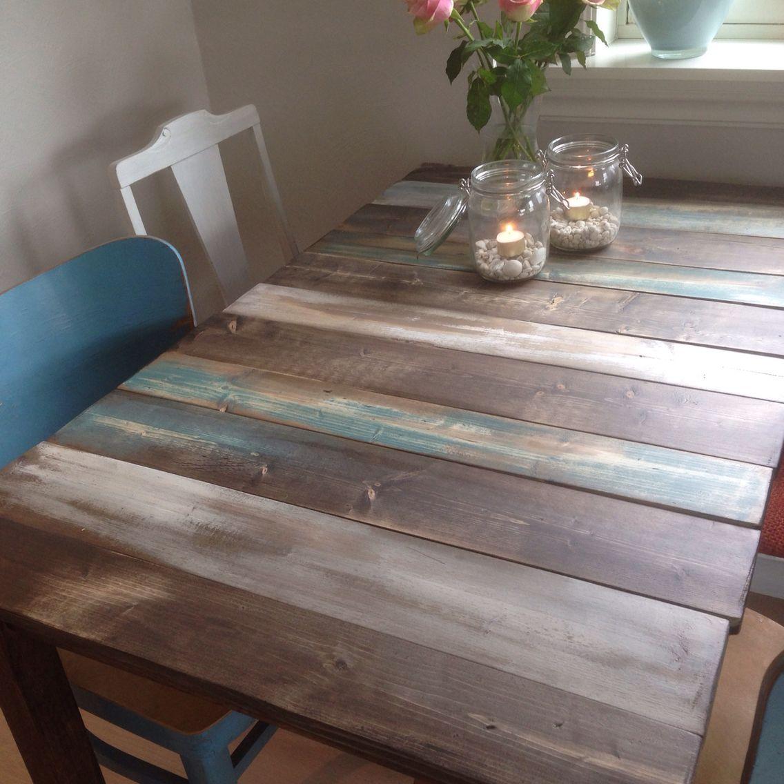 Kjøkkenbord laget av nye planker som ser gamle ut etter litt røff behandling og diverse beis og mye pussing. Også gnidd inn med kaffe.