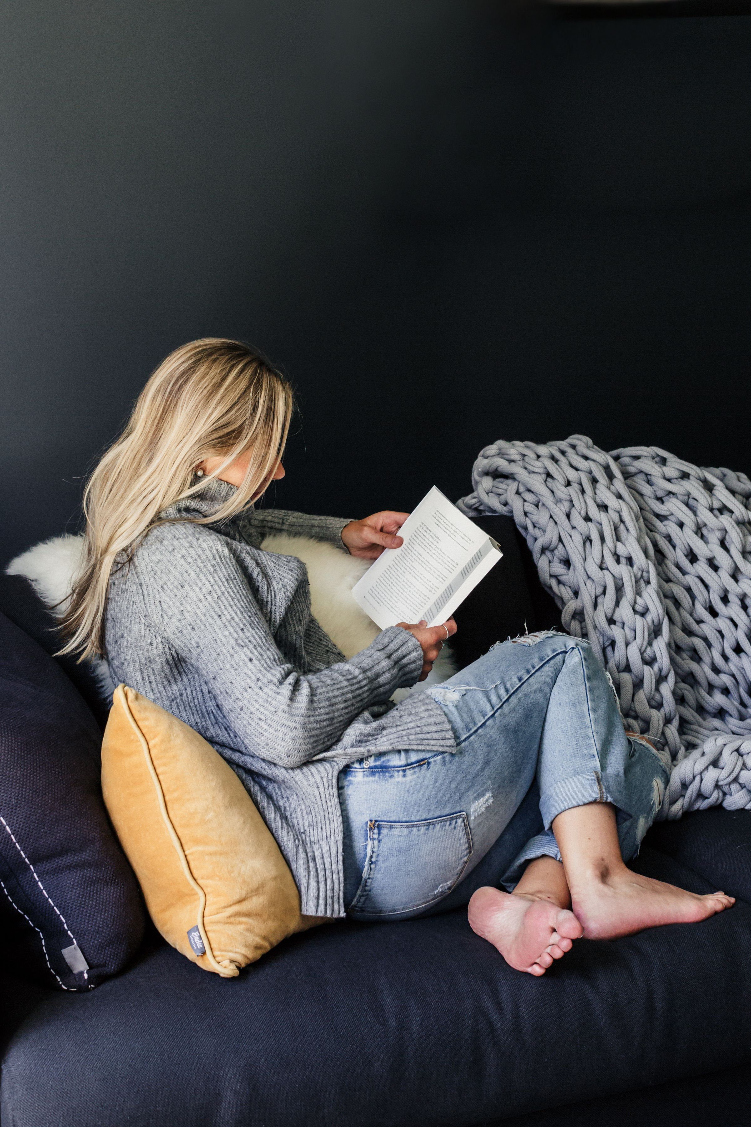 883f2c2fb1e7 Yishan Chan Photography - woman reading a book on sofa