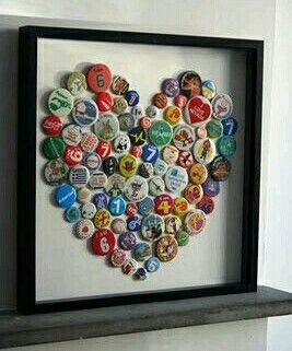 Apaixonados por cerveja? E que tal criar um quadro tipo esse, sendo com tampinhas? Muito amor!
