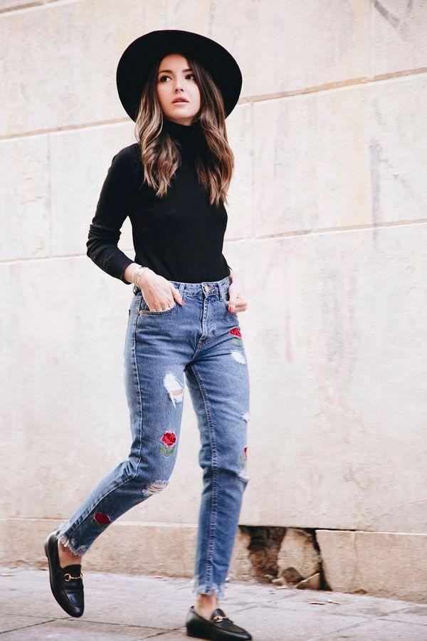 68887050b Look de inverno com turleneck + calça jeans de patches + mule e chapéu.