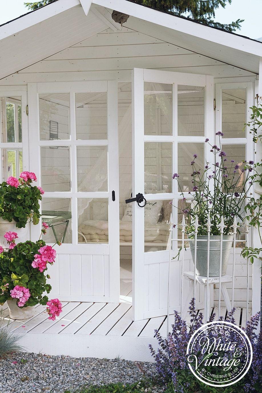 Ein Gartenhaus Als Sommeroase Gartenhaus Gartenhaus Weiss Cottage Garten Design