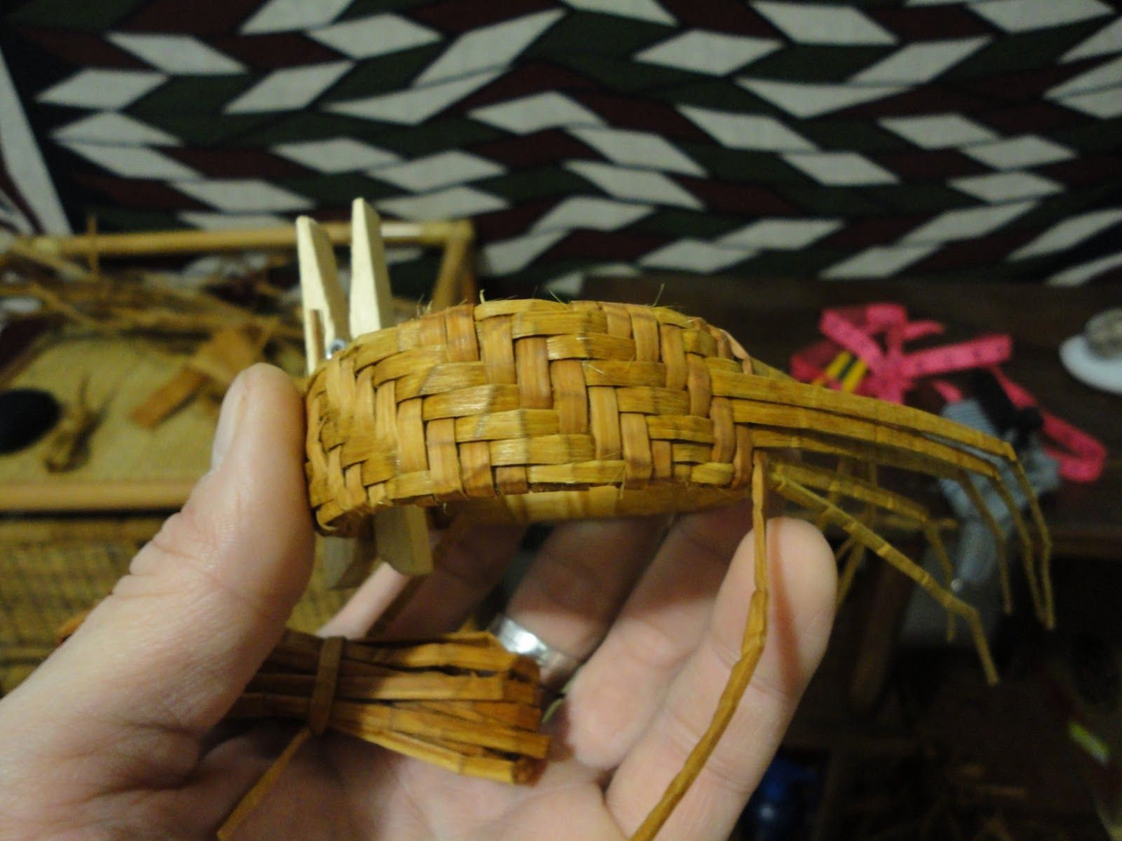 Weaving the original basket of pine needles with explanations and phased photos