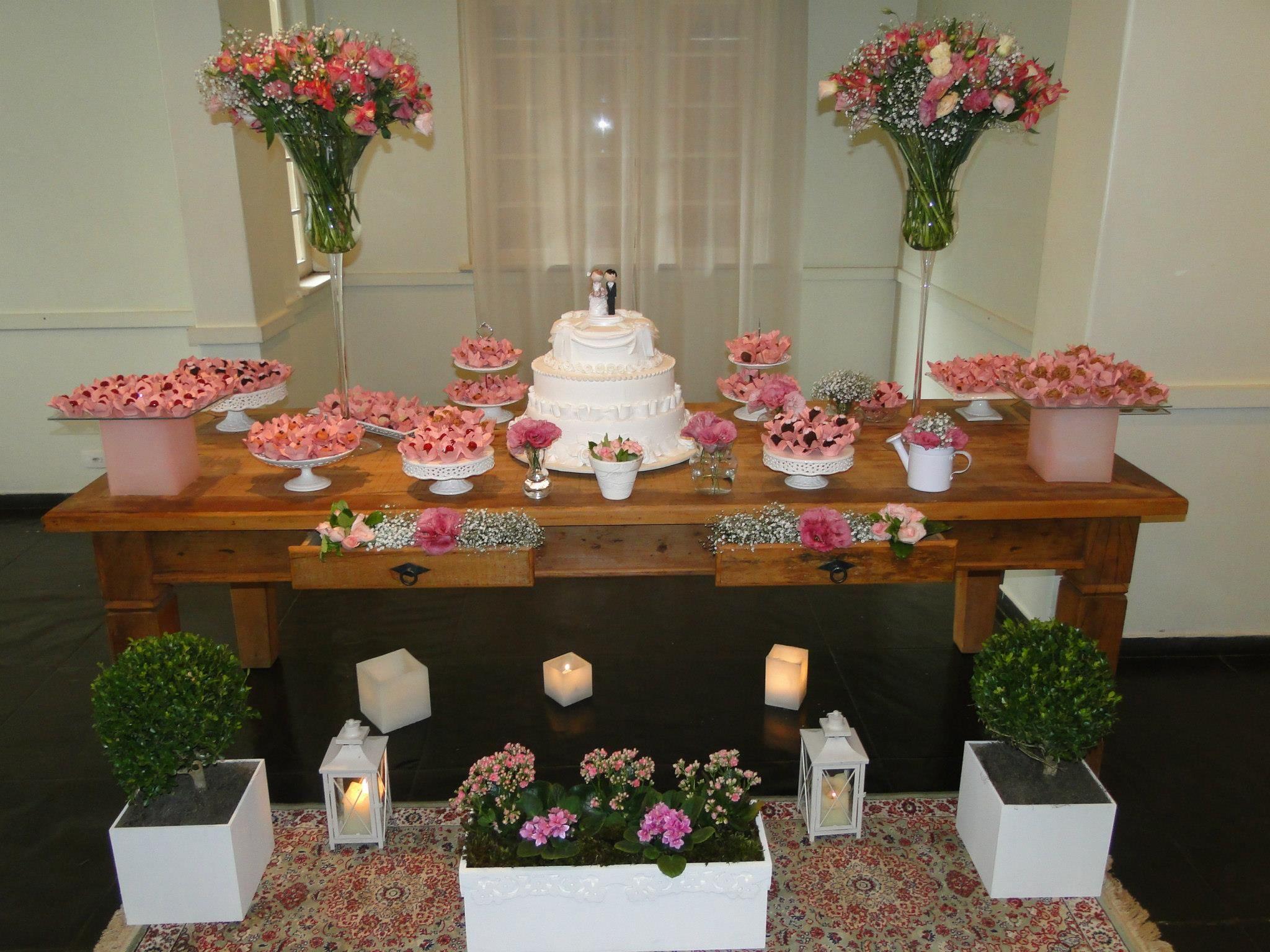 Olha ai mana, a mesa simples, com a renda que tem na outra mesa, e o charme esta nestas  -> Decoração De Mesa De Casamento Barato