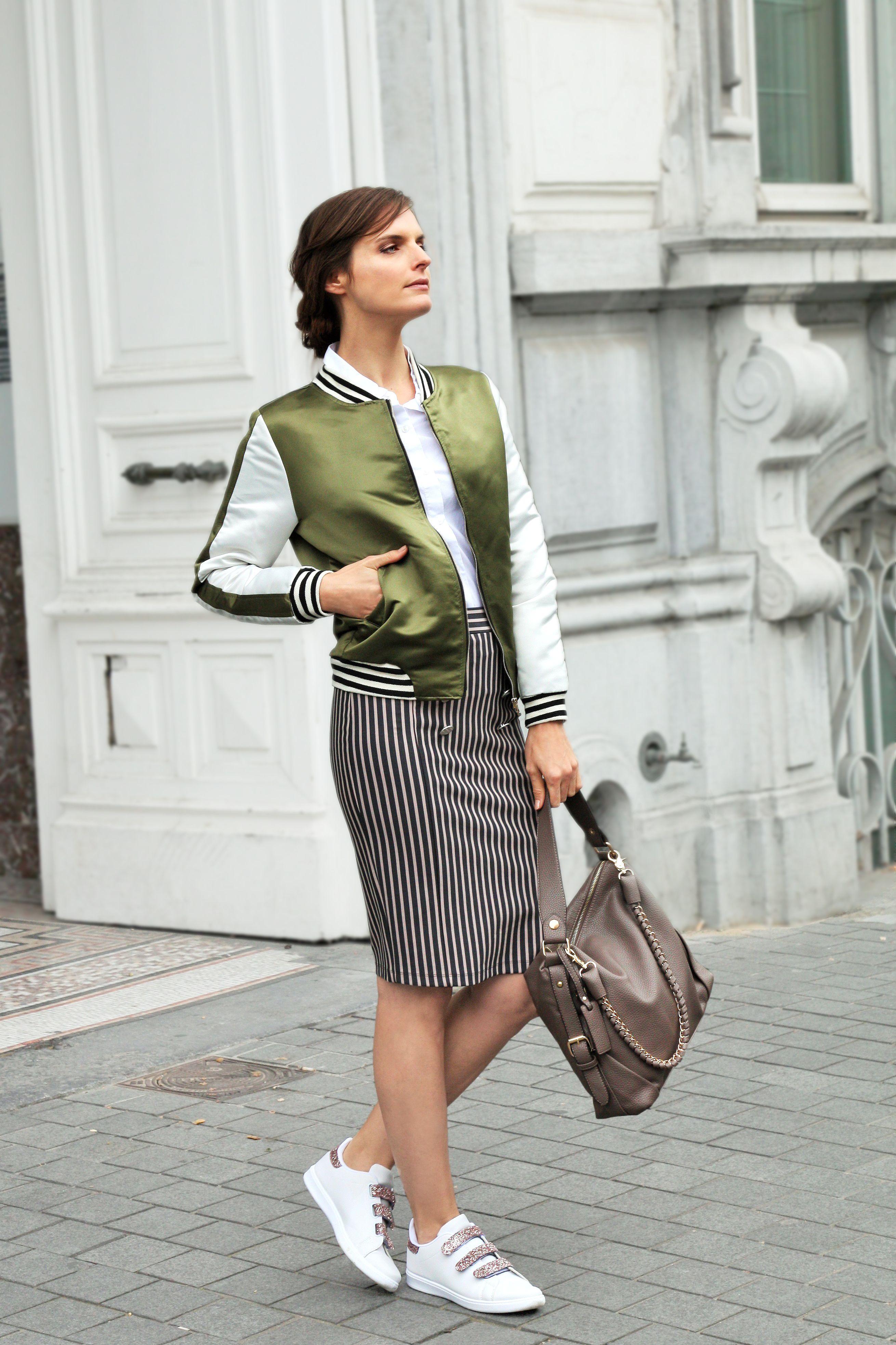 Combinez une jupe crayon avec un blouson aviateur et des baskets pour une  tenue de travail tendance ! 216a92aa98cd