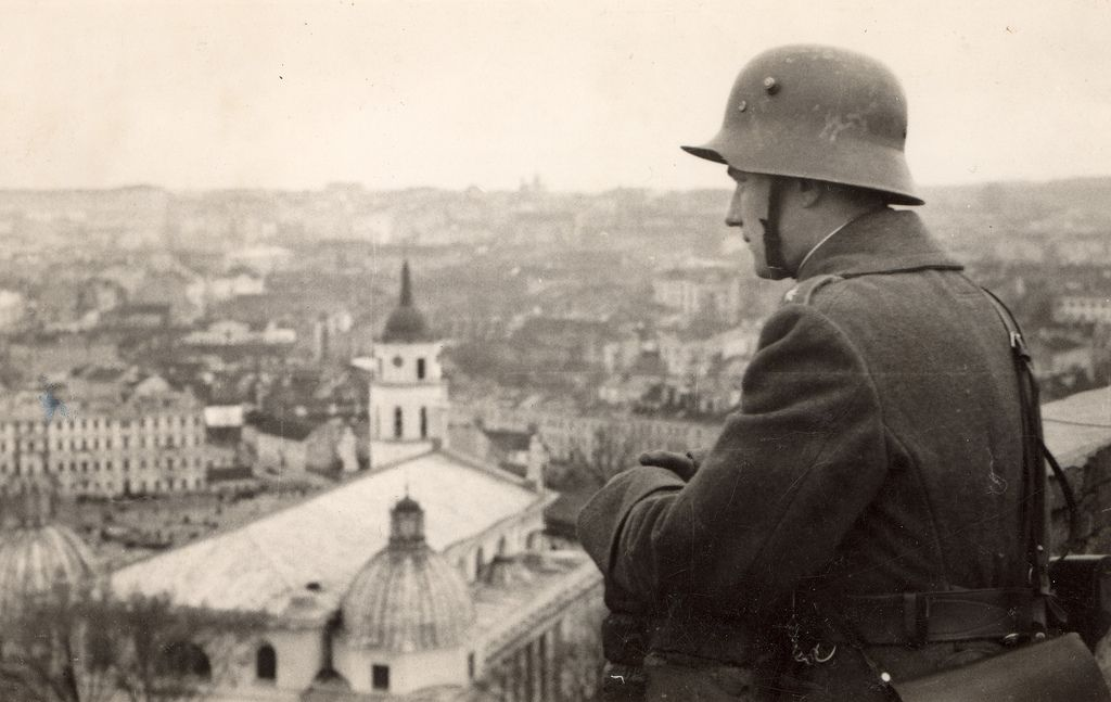 https://flic.kr/p/bekWGt | Un soldado lituano observa la ciudad recién reconquistada (Vilna, 1939) | Esta fotografía muestra a un soldado lituano observando la recién reconquistada ciudad de Vilna desde la azotea de un edificio, en octubre de 1939.  Fuente original