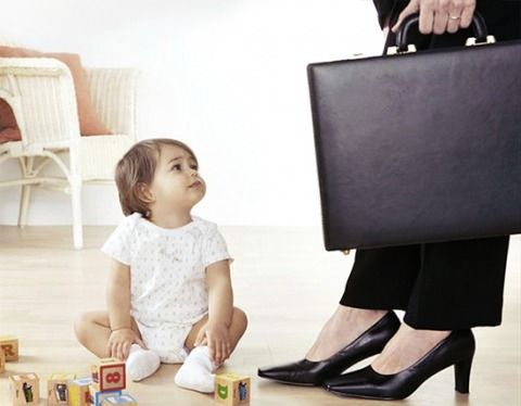 Mom and worker  Cuando ser mamá es un castigo laboral, conozca sus derechos y cómo emprender este rol de mamá y oficinista.   arenapublica.com