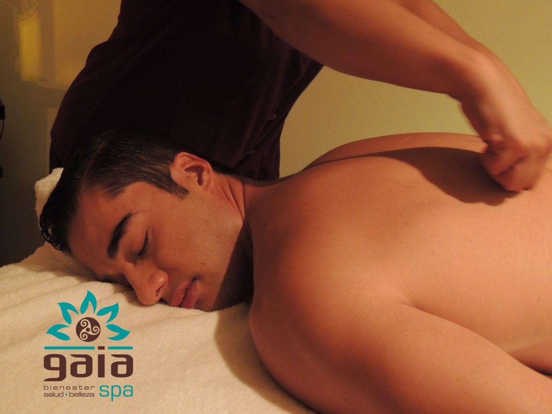 Masaje descontracturante de espalda. Con presion fuerte y profunda para eliminar las contracturas y dolor en esa zona.