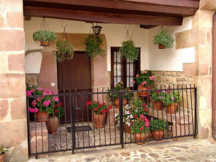 Reja baja piedra puerta madera flores abajo en medio y for Puertas de madera para casas de campo