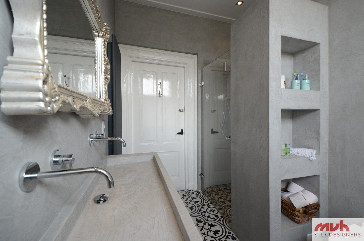 Combinatie betoncire met een marrokaanse tegel badkamer in