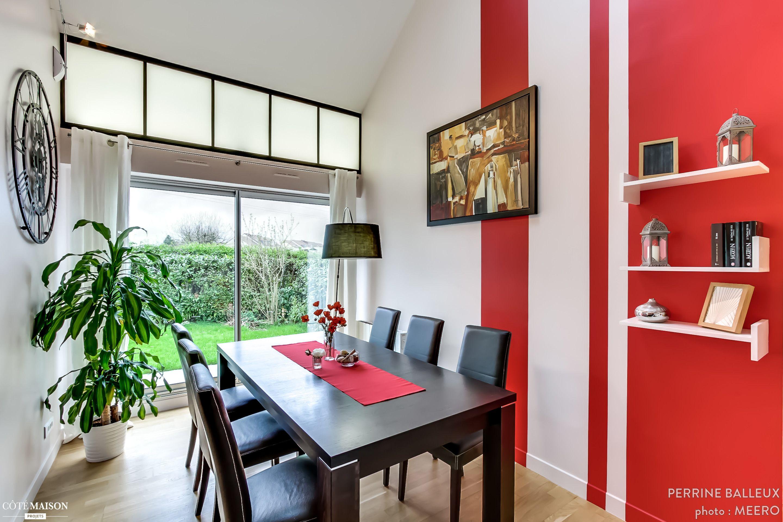 Salle manger moderne et lumineuse murs bicolores rouge et blanc table et chaises noires for Salle a manger rouge