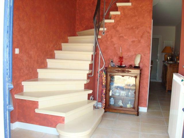 Escalier b ton teint beige 2 4 tournant nez de for Escalier exterieur beton arrondi