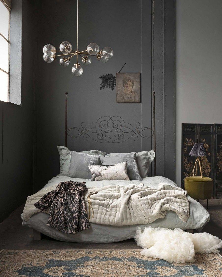 Grijze slaapkamer met fluwelen sprei op bed | Grey bedroom with a ...