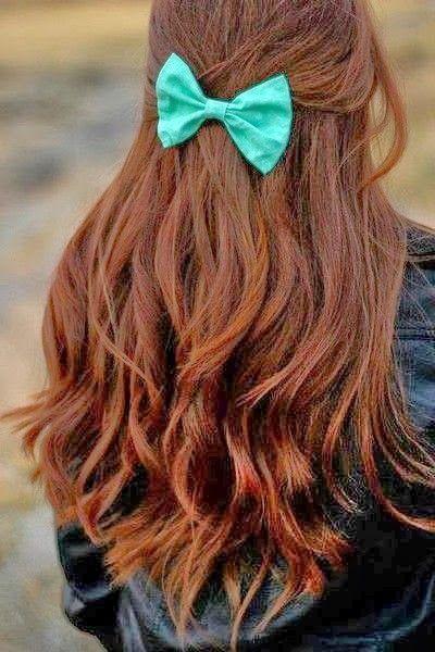 cabello suelto con lazo