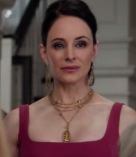 Wasn't really very interested in Revenge, but the characters' outfits sure got me interested! Love Margarette's necklace here! :)