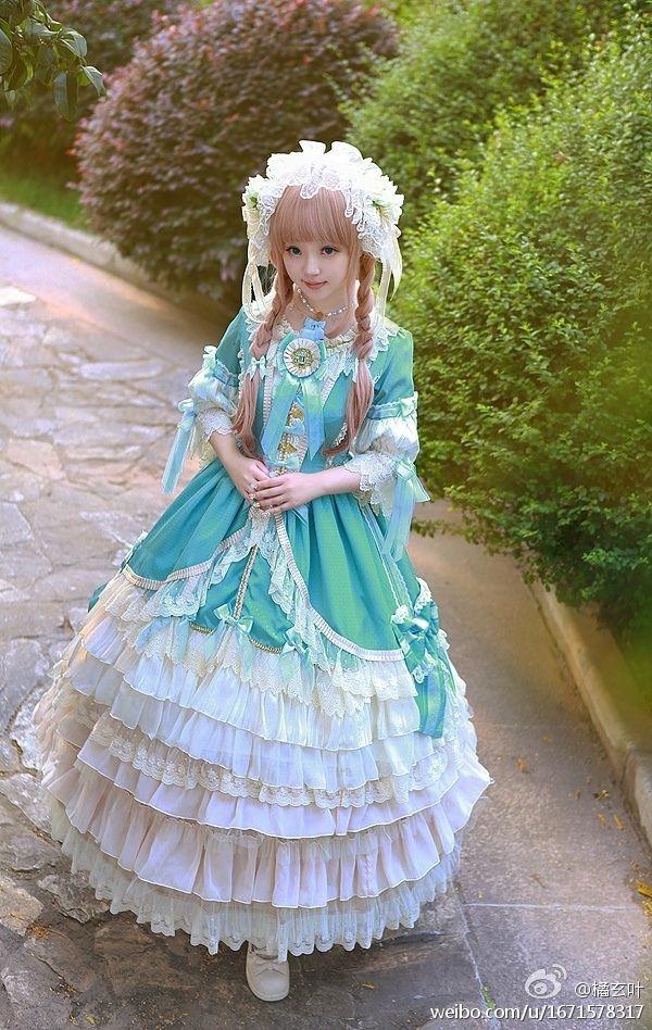 A very beuatiful Lolita !!!!  I love the dress !!!! (Chloe Sissi)